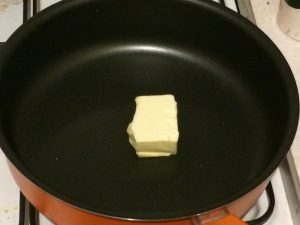Положить в сковороду сливочное масло